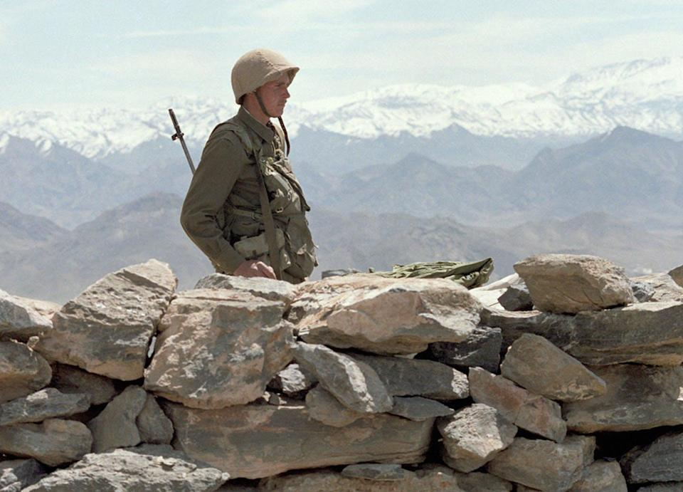 """<span class=""""caption"""">A Soviet soldier on guard in Afghanistan in 1988.</span> <span class=""""attribution""""><span class=""""source"""">(RIA Novosti News Agency)</span>, <a class=""""link rapid-noclick-resp"""" href=""""http://creativecommons.org/licenses/by-sa/4.0/"""" rel=""""nofollow noopener"""" target=""""_blank"""" data-ylk=""""slk:CC BY-SA"""">CC BY-SA</a></span>"""