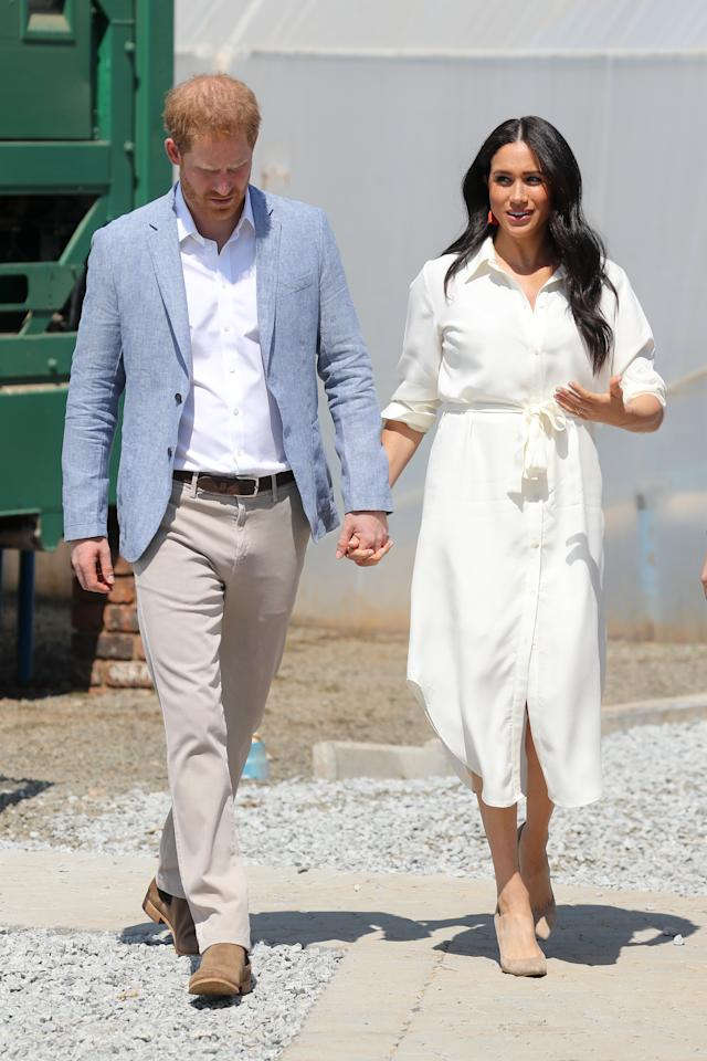 "A white, belted shirt dress was the Duchess' outfit choice for her final day of royal tour engagements. She accessorised with a <a href=""https://modesens.com/product/madewell-stone-%2526-tassel-earrings-purple-12976633/?refinfo=gSH_ggfMadewfa-ApAcJeEa12976633&utm_source=google&utm_media=CPC&gclid=EAIaIQobChMIr7KVzK_95AIVTdTeCh138gcvEAkYASABEgJPU_D_BwE"">pair of Madewell, orange tassels earrings</a> and <a href=""https://www.stuartweitzman.com/products/leigh-95/"">Stuart Weitzman heels</a>. <em>[Photo: Getty Images]</em>"