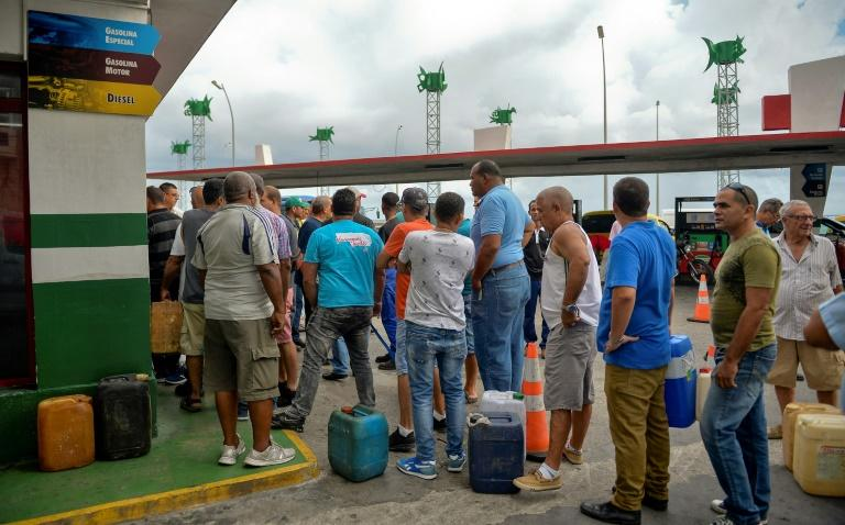 Cubans line up to buy fuel at a gas station in Havana on September 12, 2019 (AFP Photo/YAMIL LAGE)