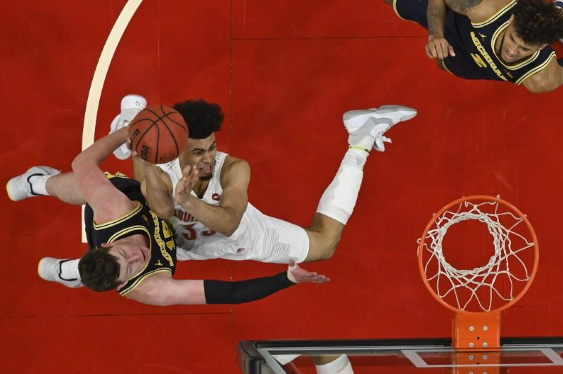 Top 25 basketball roundup: No. 1 Louisville holds down No. 4 Michigan