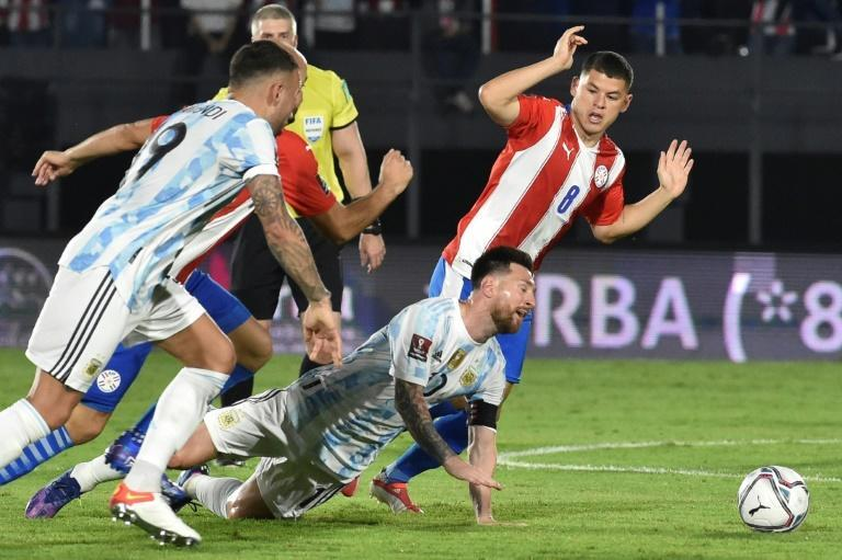 Argentina's Lionel Messi (center) received some close attention in the World Cup qualifier against Paraguay that ended goalless (AFP/NORBERTO DUARTE)