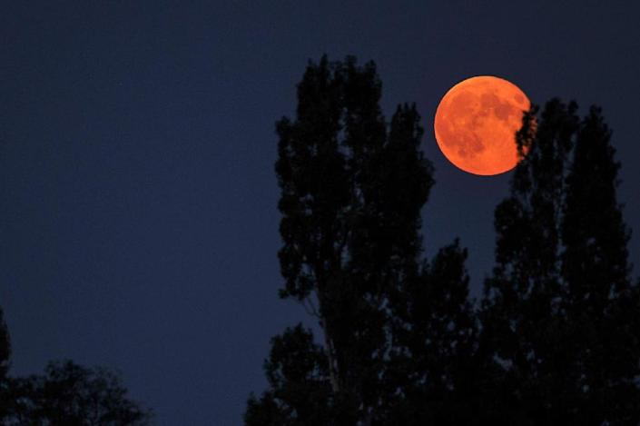 A 'supermoon' is seen from the central French city of Luynes, in September 2014 (AFP Photo/Guillaume Souvant)