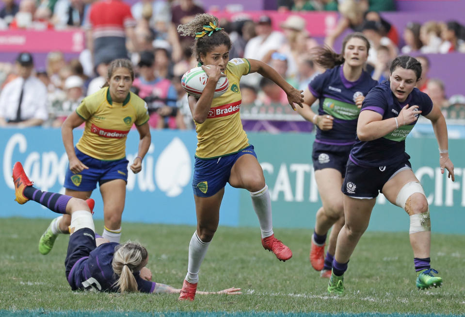 Brazil's Bianca Dos Santos Silva, center, runs for a try during the final match against Scotland at the World Rugby Women's Sevens Series Qualifier 2019 tournament in Hong Kong, Friday, April 5, 2019. Brazil won 28-19. (AP Photo/Kin Cheung)