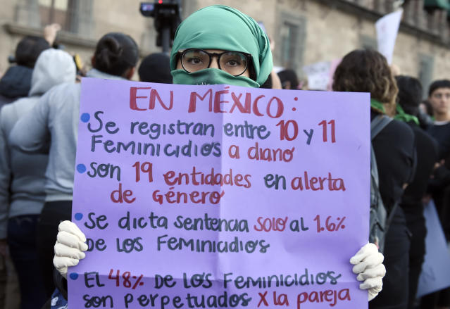 Una manifestante enseña un cartel con las aterradoras estadísticas del feminicidio en México. (Photo by ALFREDO ESTRELLA/AFP via Getty Images)