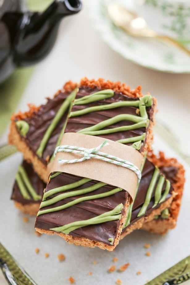 """<p>One bite and you'll be in buttery baked oatmeal heaven. These may look like granola bars, but the chocolate and golden syrup (a sweet maple syrup substitute) make them a dessert in our book.</p><p><a href=""""http://www.thirstyfortea.com/recipes/irish-oat-flapjacks/"""" rel=""""nofollow noopener"""" target=""""_blank"""" data-ylk=""""slk:Get the recipe from Thirsty for Tea »"""" class=""""link rapid-noclick-resp""""><span class=""""redactor-invisible-space""""><em>Get the recipe from Thirsty for Tea »</em></span></a><br></p>"""