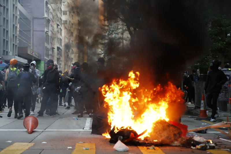 Anti-government protesters make fire to block traffic as they clash with police in Hong Kong, Oct. 1, 2019. (Photo: Vincent Thian/AP)