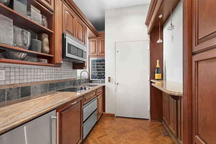 5) A separate butler's kitchen will appeal to entertainers.