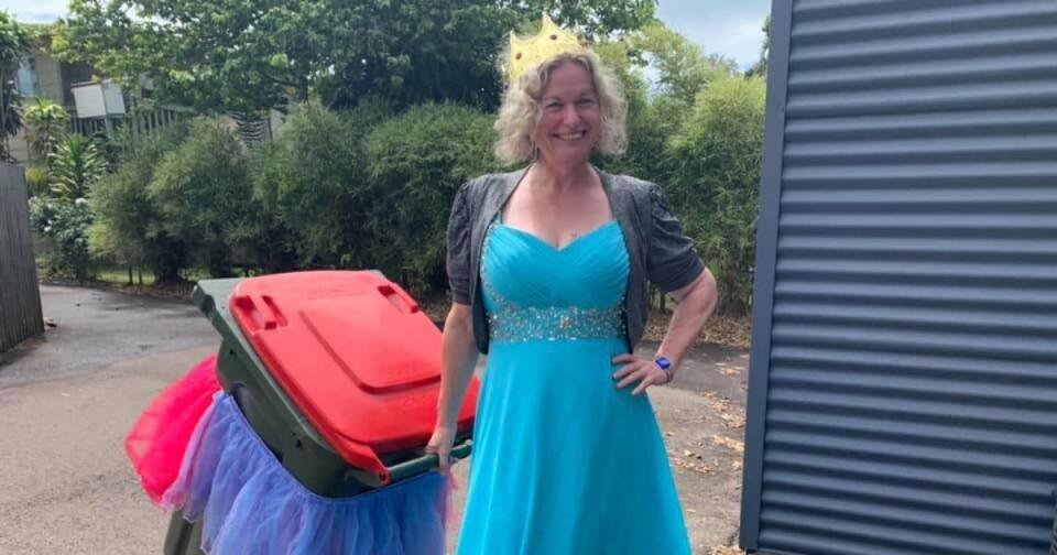 <p>Askew後來決定創立社團和朋友分享搞笑倒垃圾裝   Danielle Askew, who created the Facebook group Bin Isolation Outing, is pictured here taking her trash out all dressed up.(Courtesy of Facebook)</p>