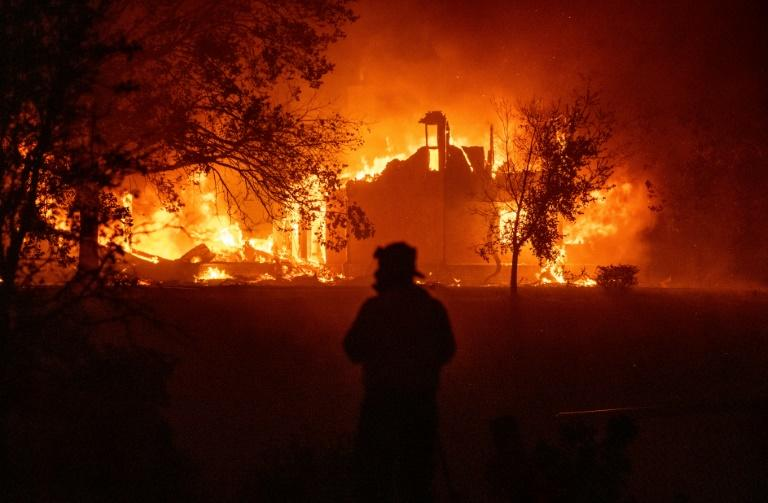 Thousands flee as fast-moving wildfires spread in California
