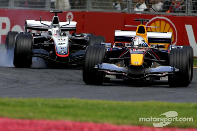 "David Coulthard lucha con Juan Pablo Montoya <span class=""copyright"">Red Bull Racing</span>"