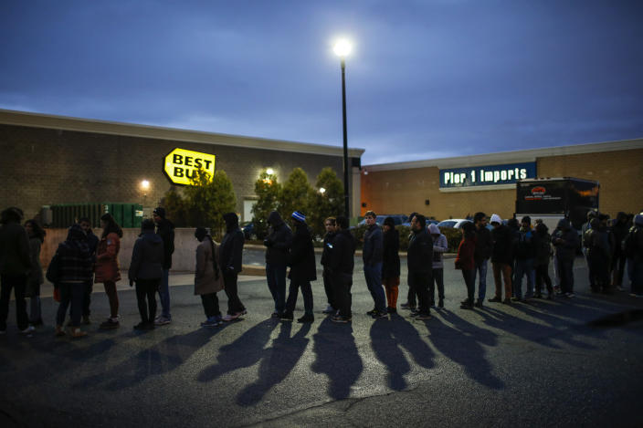 Shoppers line up outside Best Buy before the store opens in Newport, New Jersey November 27, 2014. (REUTERS/Eduardo Munoz)