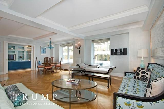 Thecorner living room lets in lots of natural light. (Photo source: Trump International Realty New York via StreetEasy listing)