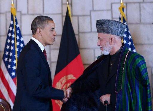 Afghan President Hamid Karzai (R) shakes hands with US President Barack Obama