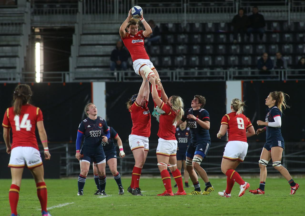 Wales' lock Rebecca Rowe (C) grabs the ball in a line-out during the Women's Six Nations rugby union match between France and Wales at the Amede Domenech Stadium in Brive, western France, on March 18, 2017. (AFP Photo/DIARMID COURREGES)