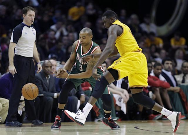 Milwaukee Bucks' Caron Butler (3) loses the ball under pressure from Cleveland Cavaliers' Luol Deng, right, in the first quarter of an NBA basketball game, Friday, Jan. 24, 2014, in Cleveland. (AP Photo/Mark Duncan)