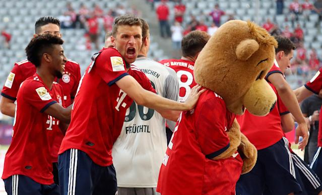 Soccer Football - Bundesliga - Bayern Munich v VfB Stuttgart - Allianz Arena, Munich, Germany - May 12, 2018 Bayern Munich's Thomas Mueller and team mates with a mascot as they celebrate winning the Bundesliga REUTERS/Michael Dalder DFL RULES TO LIMIT THE ONLINE USAGE DURING MATCH TIME TO 15 PICTURES PER GAME. IMAGE SEQUENCES TO SIMULATE VIDEO IS NOT ALLOWED AT ANY TIME. FOR FURTHER QUERIES PLEASE CONTACT DFL DIRECTLY AT + 49 69 650050