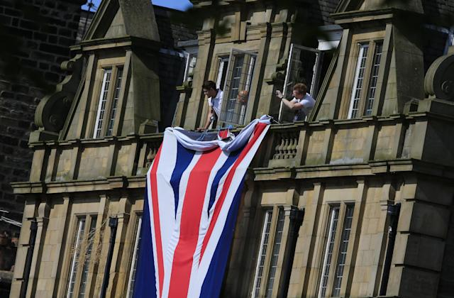 Spectators watch the last kilometer of the first stage of the Tour de France cycling race over 190.5 kilometers (118.4 miles) with start in Leeds and finish in Harrogate, England, Saturday, July 5, 2014. (AP Photo/Peter Dejong)