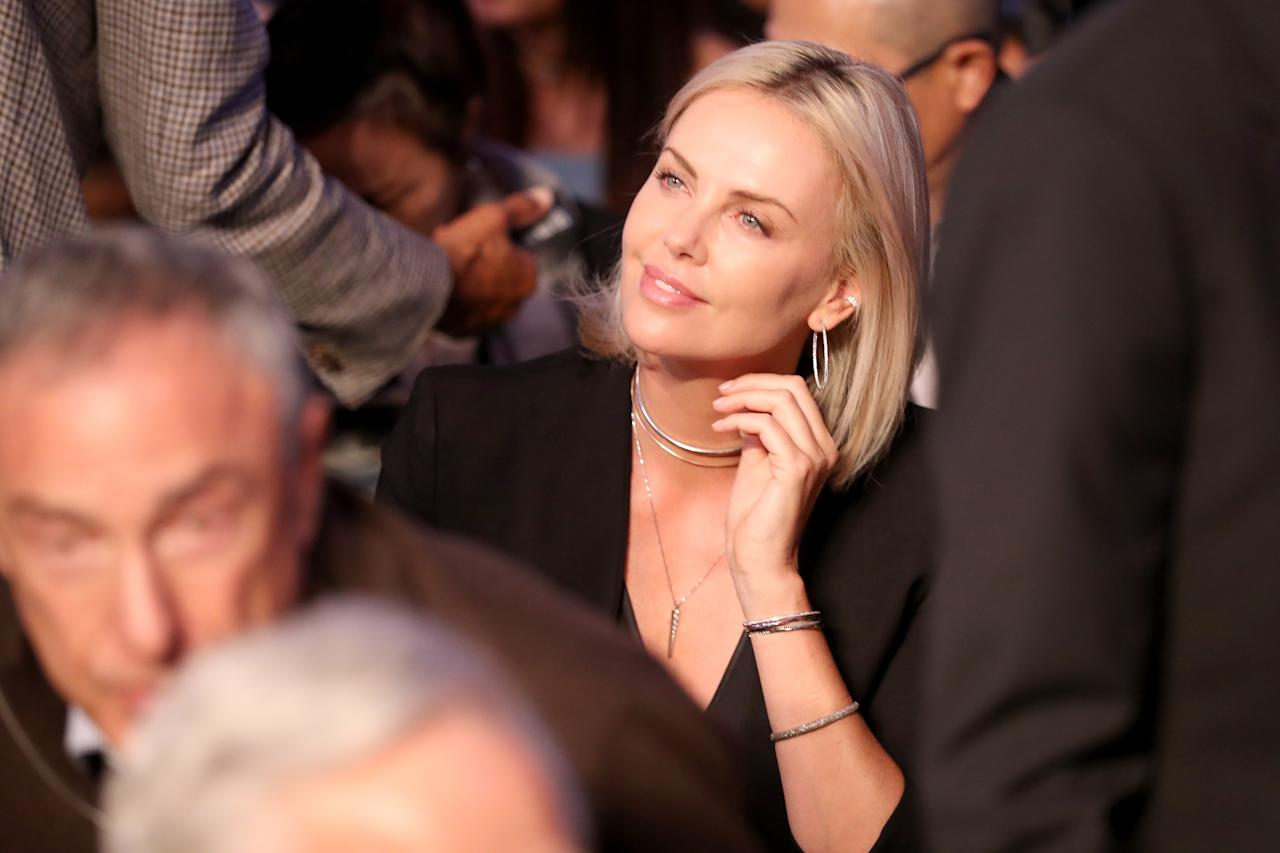 <p>Actress Charlize Theron attends the super welterweight boxing match between Floyd Mayweather Jr. and Conor McGregor on August 26, 2017 at T-Mobile Arena in Las Vegas, Nevada. (Photo by Christian Petersen/Getty Images) </p>