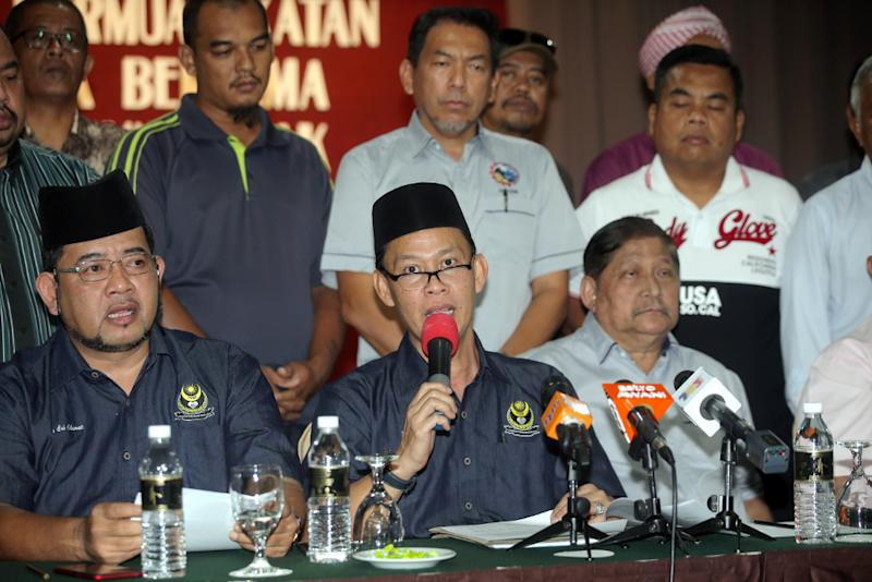 Perak Malay Solidarity Organsation president Kahar Md Yassin (centre) speaks during a press conference held at Tower Regency Ipoh August 20, 2018. — Picture by Farhan Najib