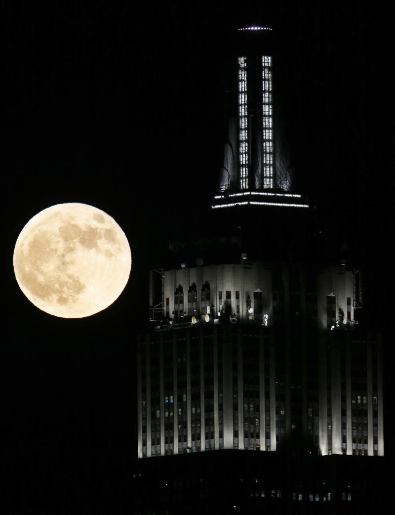Empire State Building surprises NY with new lights