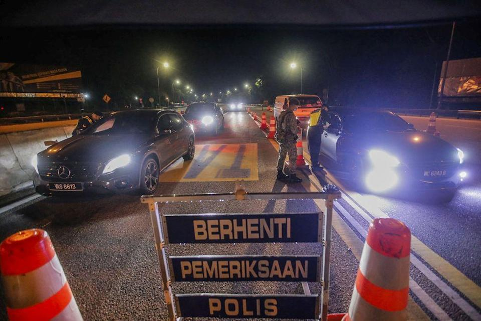 Police and Armed Forces personnel inspect vehicles during a roadblock at the Gombak Toll Plaza May 5, 2021. ― Picture by Hari Anggara