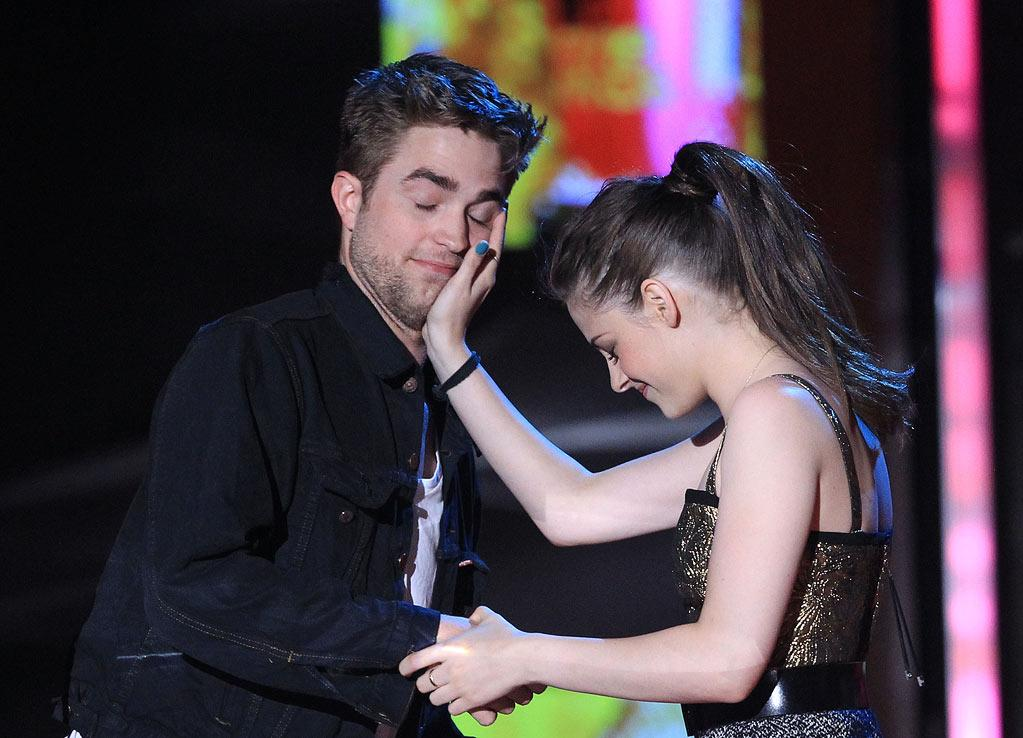 "Robert Pattinson and Kristen Stewart accept the award for Best Kiss for ""The Twilight Saga"" at the 2010 MTV Movie Awards."