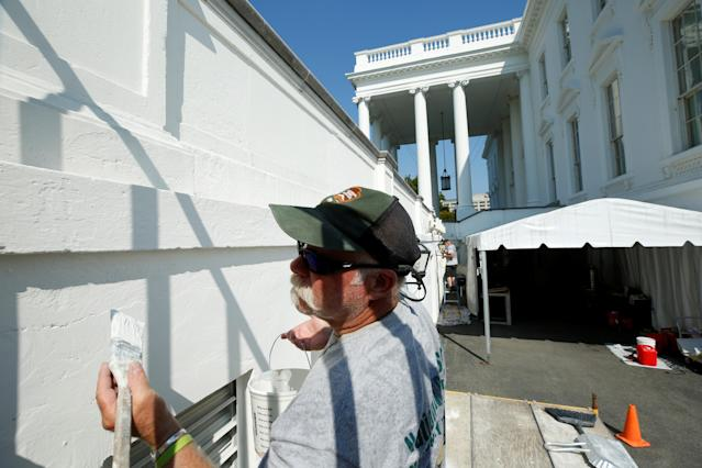 <p>U.S. Park Service employer paints the White House during a renovation in Washington, Aug. 22, 2017. (Photo: Yuri Gripas/Reuters) </p>