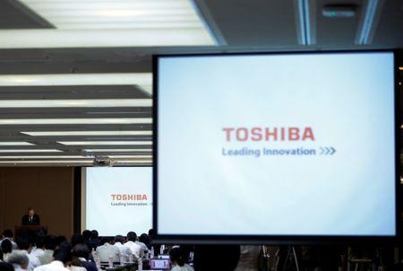 Toshiba Corp CEO Satoshi Tsunakawa bows during a news conference after asking regulators for extension on financial filing and deal on chip unit sale, at the company headquarters in Tokyo