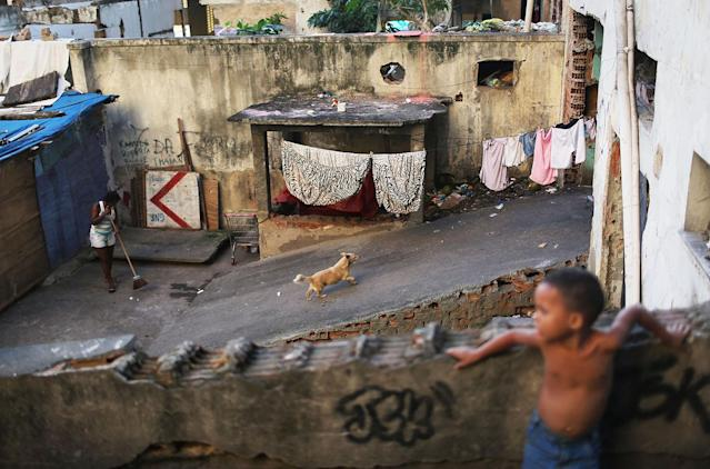 <p>Residents gather in a set of occupied buildings in the Mangueira favela in Rio de Janeiro, May 4, 2017. (Photo: Mario Tama/Getty Images) </p>