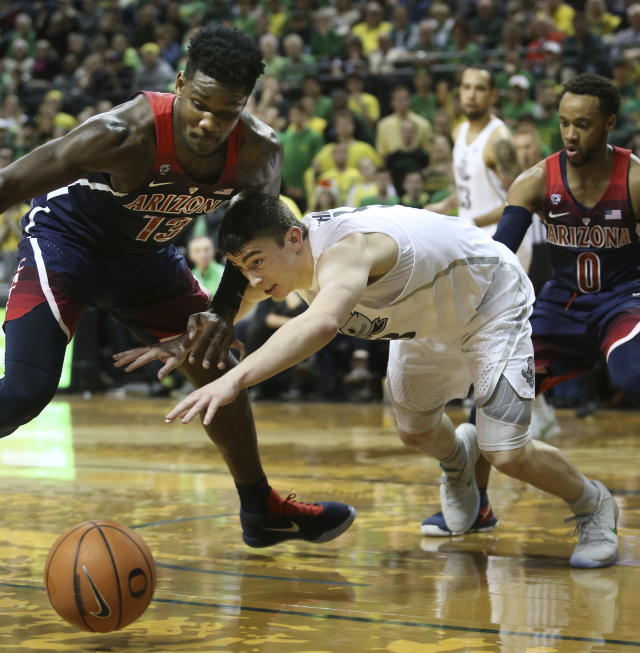 "Arizona's DeAndre Ayton, left, and Oregon's <a class=""link rapid-noclick-resp"" href=""/ncaab/players/136141/"" data-ylk=""slk:Payton Pritchard"">Payton Pritchard</a>, with Arizona's Parker Jackson-Cartwright, right, battle for the ball during the first half of an NCAA college basketball game Saturday, Feb. 24, 2018, in Eugene, Ore. (AP photo/Chris Pietsch)"