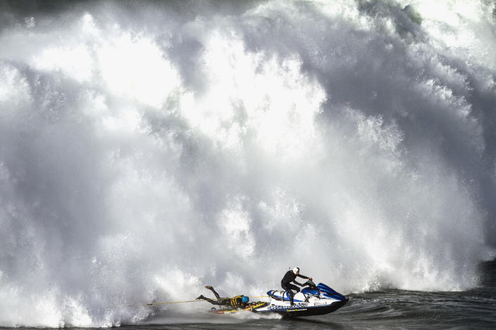 A Jet Ski pilot and a wakeboarder outrun a gigantic wave in Nazar <span>é</span>, Portugal. (Photo: Andre Botelho/Caters News)