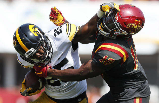 """Iowa running back <a class=""""link rapid-noclick-resp"""" href=""""/ncaaf/players/227377/"""" data-ylk=""""slk:Akrum Wadley"""">Akrum Wadley</a> (L) breaks a tackle by Iowa State defensive back Brian Peavy. (AP)"""