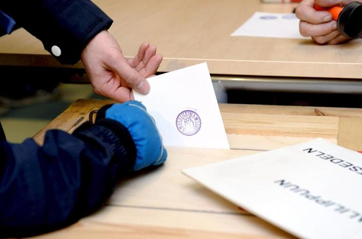 People cast their ballots at a polling station in Espoo, Finland on Sunday April 19, 2015 (AFP Photo/Mikko Stig)