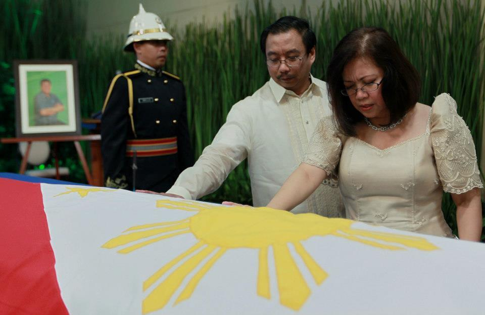 Newly sworn Supreme Court Chief Justice Maria Lourdes Punzalan Aranal-Sereno and husband Mario Jose Sereno offers prayers for the late Interior and Local Government Secretary Jesse Robredo immediately after the oathtaking ceremony during the public viewing at the Kalayaan Hall, Malacañan Palace on Saturday (August 25). President Benigno S. Aquino III signed Proclamation No. 460, declaring National Days of Mourning starting August 21 to mark the death of the former DILG Chief until his interment. The national flag will be flown at half-mast from sunrise to sunset in all government buildings in the Philippines and in the country's posts abroad for a period of six days. (Photo by Malacañang Photo Bureau, NPPA)