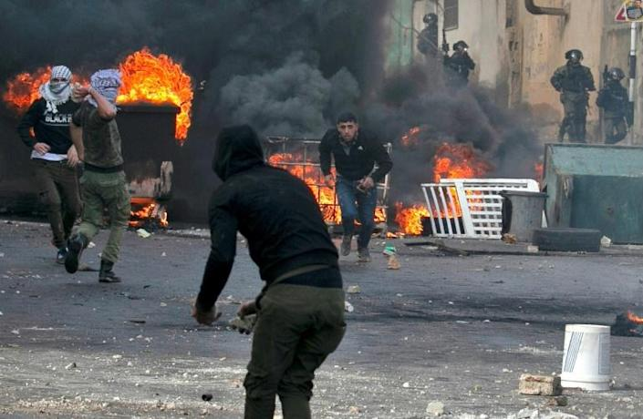 Palestinian demonstrators clash with Israeli security forces in the West Bank (AFP Photo/JAAFAR ASHTIYEH)