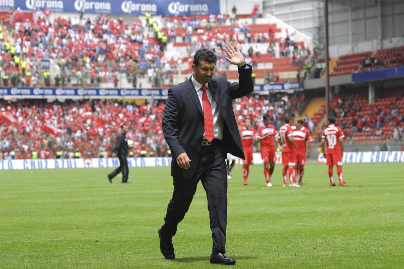 TOLUCA, MEXICO - AUGUST 29: Coach Jose Manuel de la Torre of Toluca during a match against Queretaro as part of the Apertura 2010 at Nemesio Diez Stadium on August 29, 2010 in Toluca, Mexico. (Photo by Jaime Lopez/LatinContent via Getty Images)
