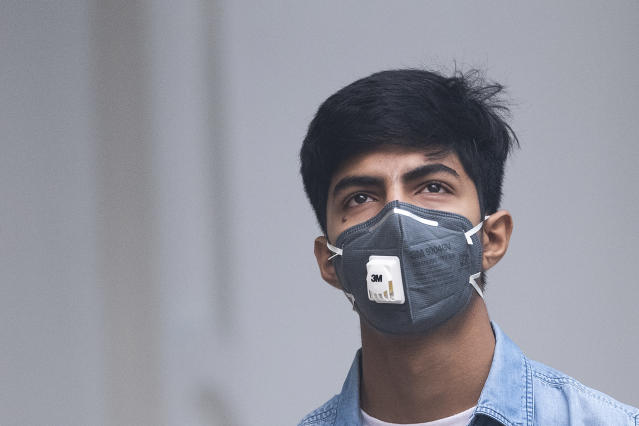 A youth wearing a protective face mask walks along a street in smoggy conditions in New Delhi on Nov. 1, 2019. (Photo: Jewel Samad/AFP via Getty Images)