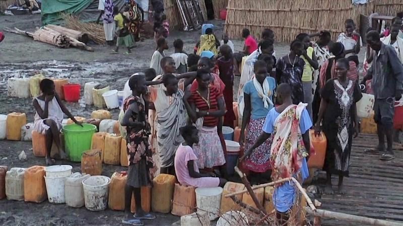 A grab from an UNMISS video shows displaced people gathering water at a camp in Bentiu on April 22, 2014 (AFP Photo/)