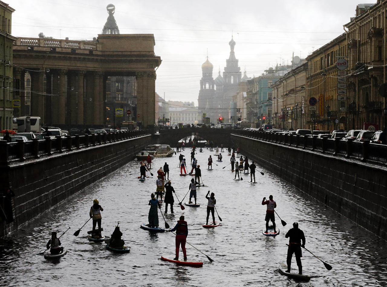 <p>More than 150 surfers dressed as the characters of fairy tales and cartoons take part in 1st SUP (Stand Up Paddleboarding) festival 'Fontanka-SUP' in central St. Petersburg, Russia, Oct. 15, 2016. Originally an off-shoot sports of surfing originating from Hawaii, Standup paddling has meanwhile found its way to European coastal and inland waters. (Photo: ANATOLY MALTSEV/EPA) </p>