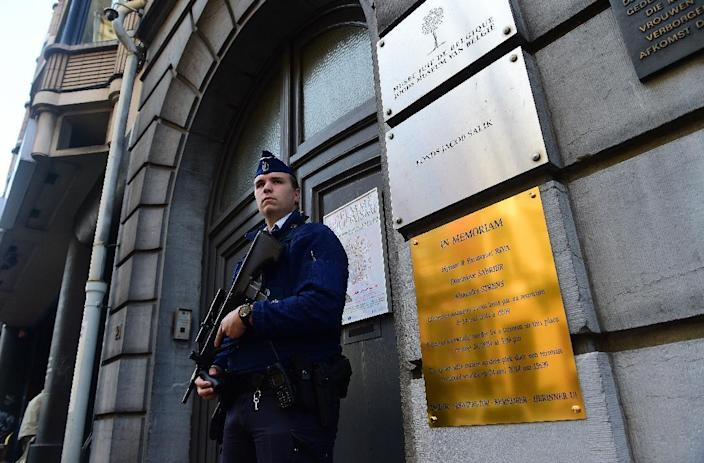 A policeman stands guard at the entrance of the Jewish Museum of Belgium, in Brussels, on September 9, 2014 (AFP Photo/Emmanuel Dunand)