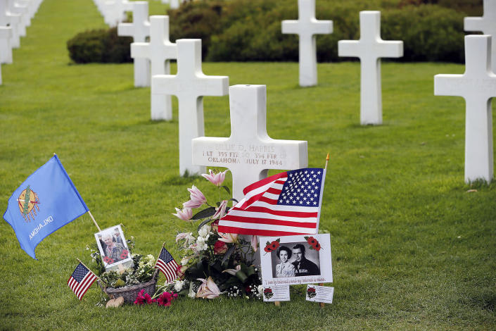 <p>A grave decorated with American and French flags is seen during commemorations marking the 73th anniversary of D-Day at the American cemetery in Colleville-sur-Mer, France. (Photo: Chesnot/Getty Images) </p>