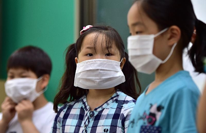 South Korean school students wear face masks during a special class on the MERS virus at an elementary school in Seoul on June 3, 2015 (AFP Photo/Jung Yeon-Je)