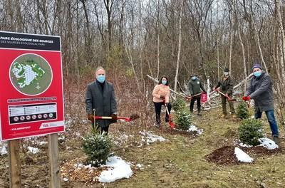 Philippe Rainville, President and CEO of ADM Aéroports de Montréal, inaugurates the Des Sources Ecological Park in the presence of Lyne Michaud, Director, Sustainable development and Environment, ADM, of François Riou and Joël Coutu of TechnoparcOiseaux and of Pierre Lussier President of Earth Day (CNW Group/Aéroports de Montréal)