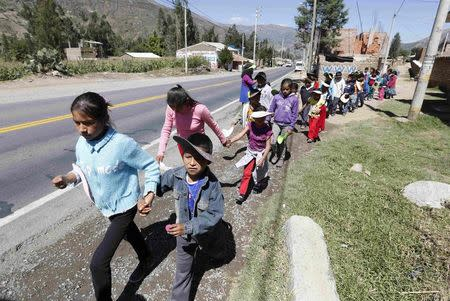 School children evacuate a school during an earthquake and avalanche drill in Ancash November 28, 2014. REUTERS/Mariana Bazo
