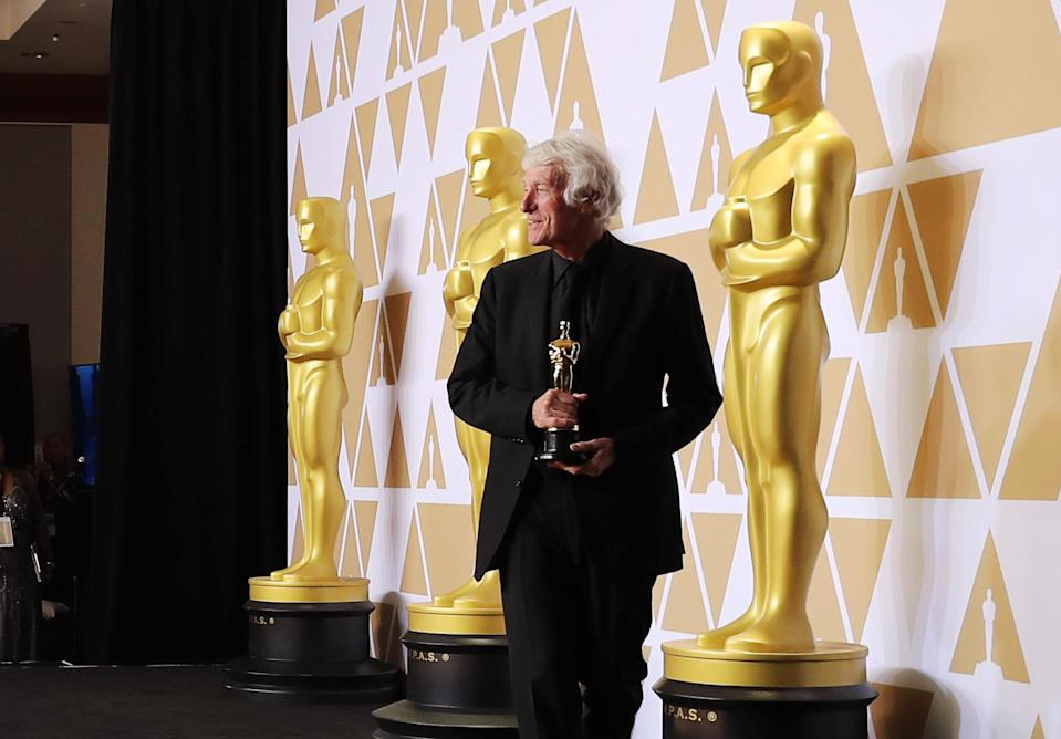 """90th Academy Awards – Oscars Backstage – Hollywood, California, U.S., 04/03/2018 – Roger Deakins poses with the Best Cinematography Oscar for """"Blade Runner 2049"""" REUTERS/Mike Blake"""