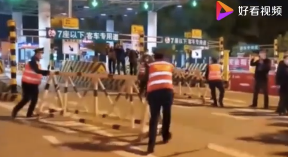 Authorities remove blockards at toll booths. Source: Baidu