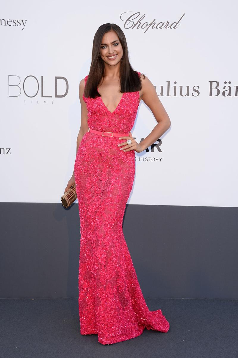 At the following year's event, the model opted for a bright pink hue.