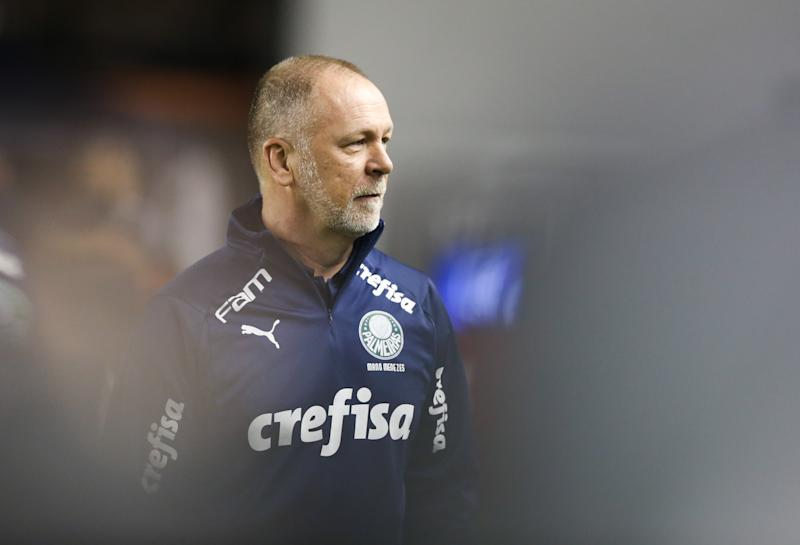 SANTOS, BRAZIL - OCTOBER 09: Mano Menezes head coach of Palmeiras looks on during the match against Santos as part of the Brasileirao Series A 2019 at Vila Belmiro Stadium on October 09, 2019 in Santos, Brazil. (Photo by Alexandre Schneider/Getty Images)