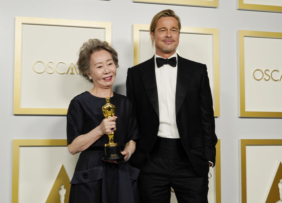Yuh-Jung Youn y Brad Pitt. (Photo by Chris Pizzello-Pool/Getty Images)