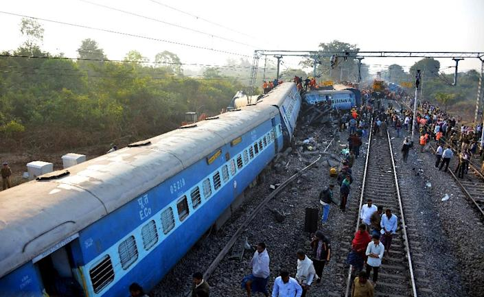 Rescue workers search for victims at the site of the derailment of the Jagdalpur-Bhubaneswar express train near Kuneru station in Andhra Pradesh state, southern India on January 22, 2017 (AFP Photo/)